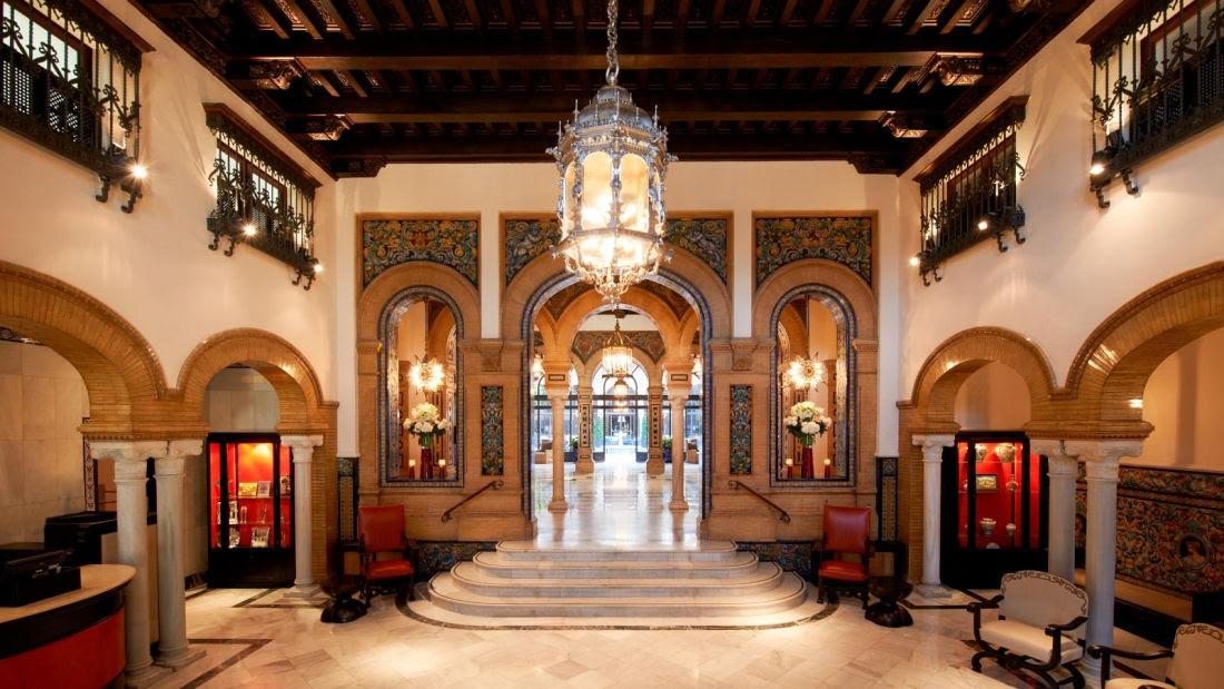 Bienvenido al Hotel Alfonso XIII, Sevilla. Desde que entre por la puerta, experimentará todo un mundo de sensaciones. Deléitese en cada detalle, redescubra la belleza del Alfonso, recién renovado y en todo su esplendor, para que siga luciendo orgulloso desde el corazón de Sevilla.