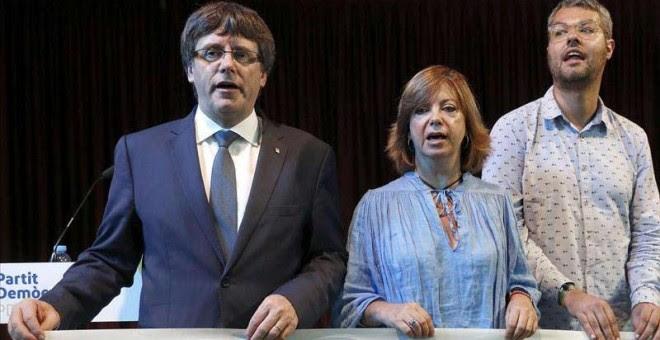 El presidente de la Generalitat, Carles Puigdemont, junto a la consellera de Gobernación, Meritxell Borràs y Eliseo Esterli (d), durante un acto del PDeCAT en el Casino del Centre de L'Hospitalet.  ANDREU DALMAU (EFE)