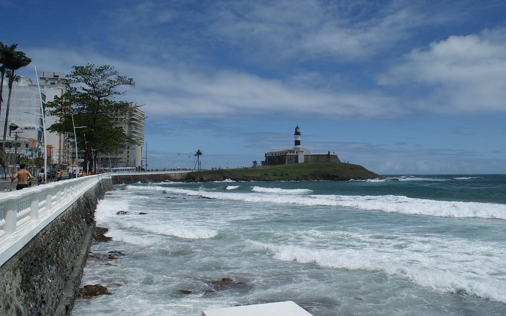 Farol da Barra é um dos locais que têm trechos onde banho deve ser evitado. (Foto: Egi Santana/ G1)