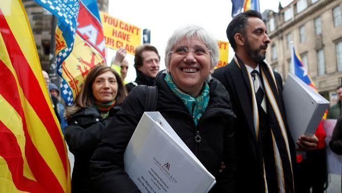 Clara Ponsatí, amb el seu advocat, rebent el suport de desenes de persones fora del tribunal (Reuters)