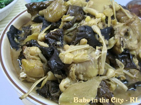 Chicken with black fungus and lily buds