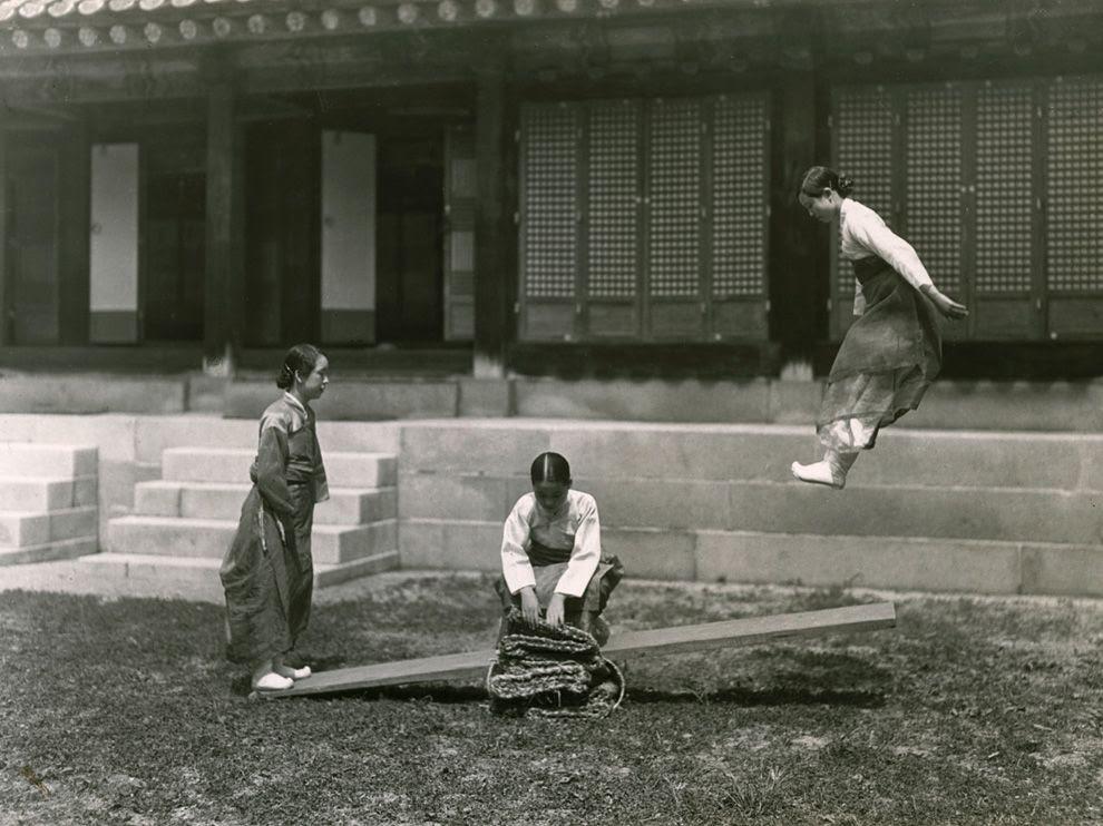 Nεαρές κοπέλες παίζουν με την τραμπάλα στην Κορέα το 1931.