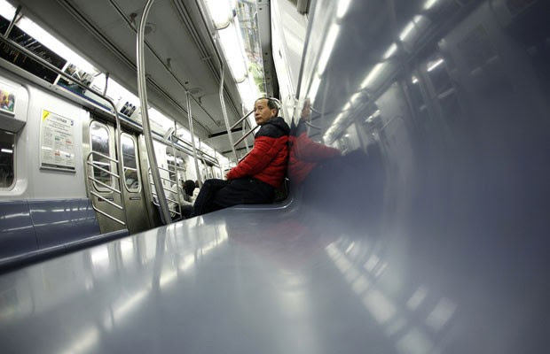 Passageiro pega o último trem da linha 4 do metrô de Nova York na noite deste domingo (28). linhas foram paralisadas antes da chegada do furacão Sandy (Foto: Lucas Jackson/Reuters)