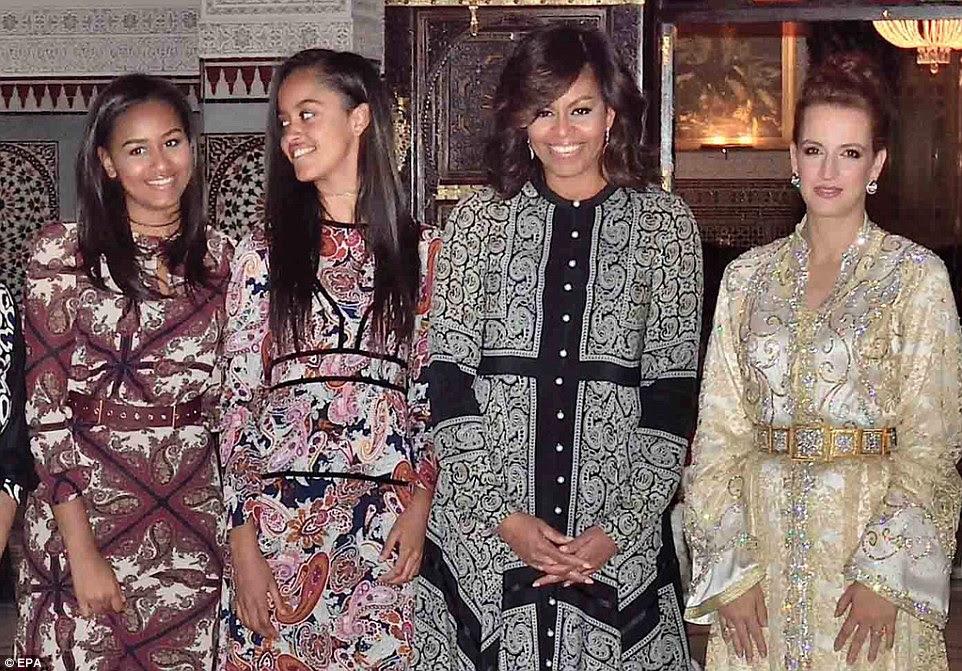 O Obamas (da esquerda, Sasha, Malia e sua mãe Michelle) vestiu roupas tradicionais estampados para jantar com a Princesa Lalla Salma de Marrocos (à direita) em Marraquexe, na terça-feira à noite