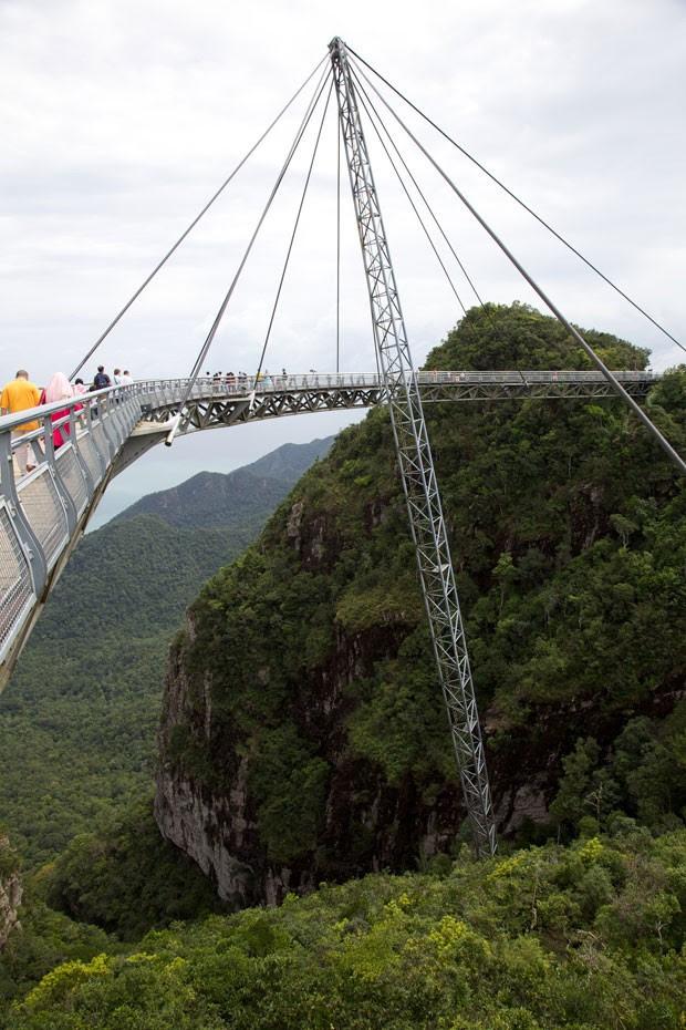 Ponte é suspensa por um pilar e por cabos de aço (Foto: George Grinsted/Creative Commons)