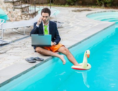 avvocato al lavoro con computer a bordo piscina
