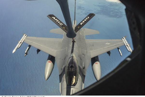 A aeronave transfere cerca de mil quilos de combustível por minuto  Sargento Batista/Agência Força Aérea