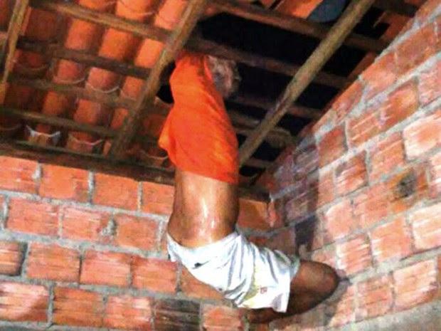 Ladrão fica entalado em teto ao tentar invadir casa em Campo Maior  (Foto: Divulgação/Polícia Militar)