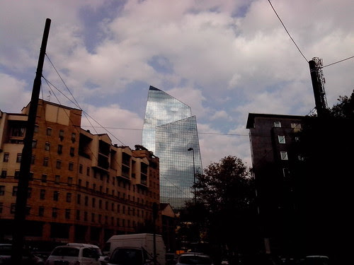 Il cielo allo specchio di un grattacielo by Ylbert Durishti