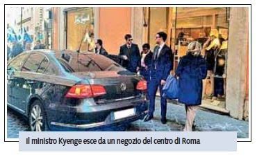 """Cécile Kyenge, shopping in auto blu con scorta. I passanti: """"Vergogna"""" (Libero)"""