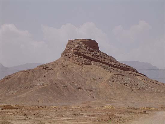 """Irán, Yazd, zoroasztriánus """"csendtorony"""" a városon kívül"""