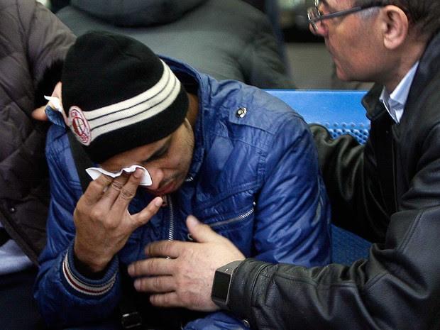 Parente das vítimas que estavam em avião que caiu na Rússia chora no aeroporto de Rostov-on-Don (Foto: Sergei Venyavsky / AFP Photo)