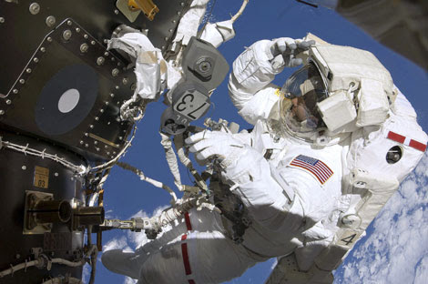 El astronauta de la NASA Tom Marshbun, durante un paseo espacial. | Reuters