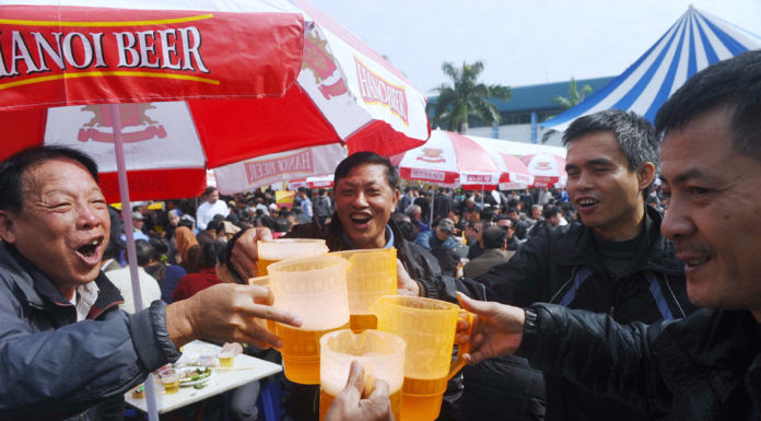 """Người dân Hà Nội uống """"bia hơi"""" trong đại hội bia được tổ chức dịp cuối năm 2014. (Hình: Hoang Dinh Nam/AFP/Getty Images)"""