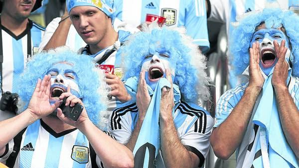 El costo de la pasión. Los hinchas argentinos parecen dispuestos a pagar lo que sea con tal de ver a la Selección en octavos de final. / CARLOS SARRAF