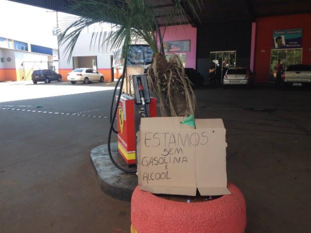 Posto coloca aviso sobre a falta de combustíveis em Arapongas (Foto: Alberto D'Angele/RPC)
