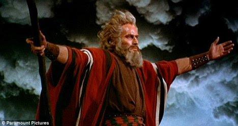 "In anul 1956, actorul Charlton Heston i-a dat viata lui Moise in filmul ""The Ten Commandments/Cele 10 porunci"""