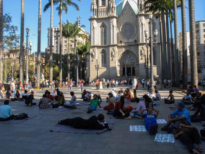 """Manifestantes promovem """"Deitaço"""" e protestam contra GCM na praça da Sé"""