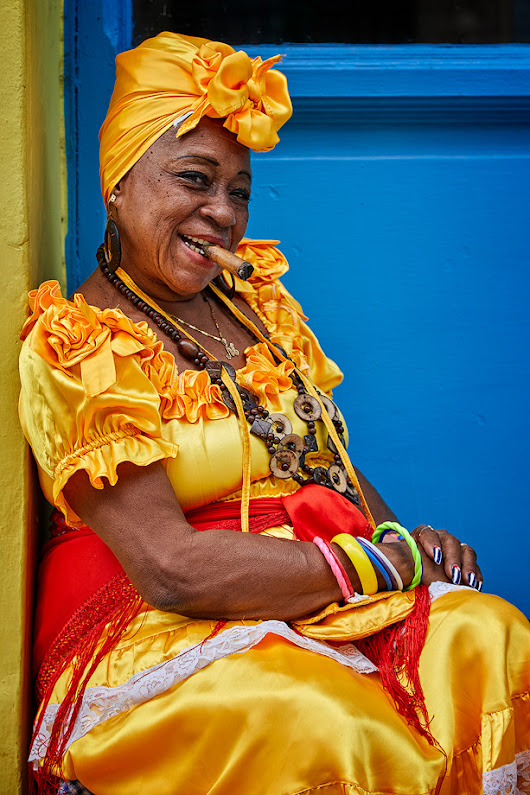 Cuban woman smoking cigar | HDR Photographer