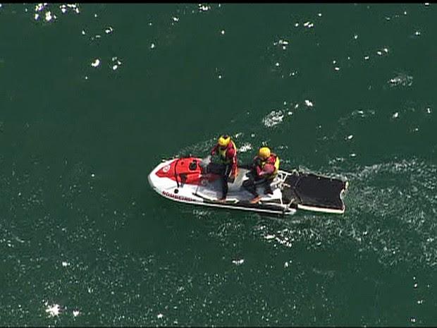 Mergulhadores fazem busca no mar da Praia do Perigoso, na Zona Oeste do Rio (Foto: Reprodução/TV Globo)