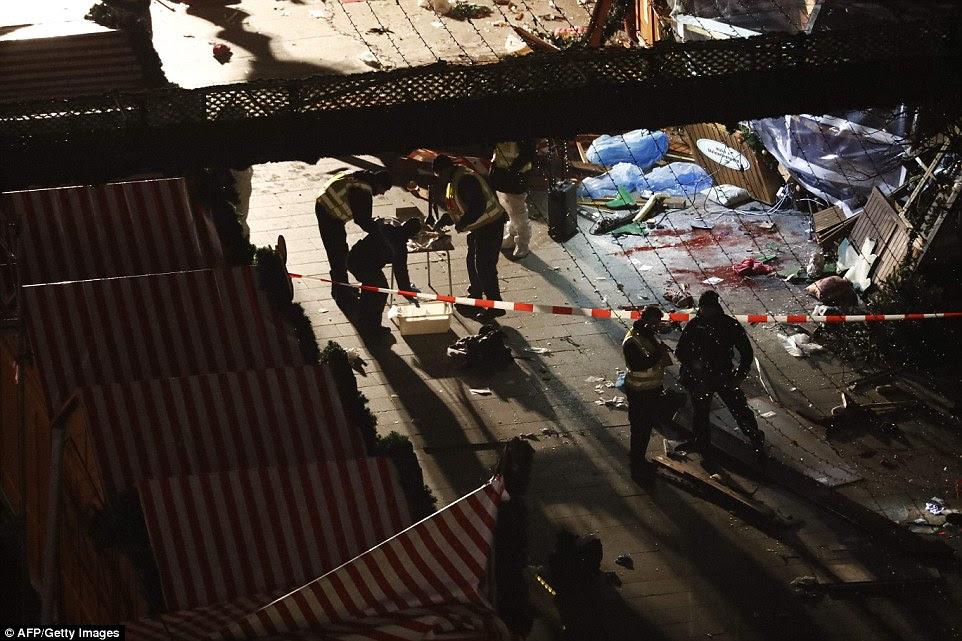 Número de mortos: O trecho 80metre de Berlim pavimento estava manchada de sangue esquerda quando o motorista do camião dirigidos para as multidões