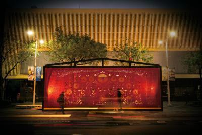 楊士毅更以「家」為名,結合剪紙創作在台北街頭點起了《家(ㄍㄟ)》之花燈。(莊坤儒攝)