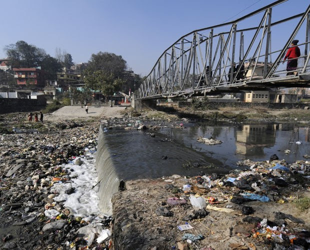 Lixo e sujeira se acumulam em rio no Nepal, localizado na Ásia (Foto: A. Demotes/AFP/Arquivo)