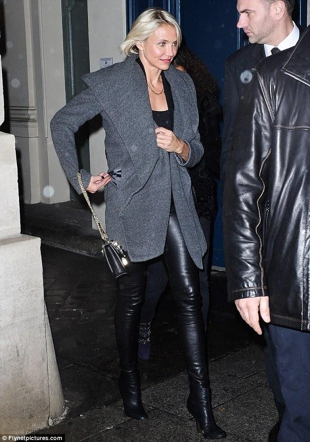 Indo do inferno para o couro: Cameron escorregou para estas calças skin-tight de couro para participar da Givenchy mostrar na noite anterior