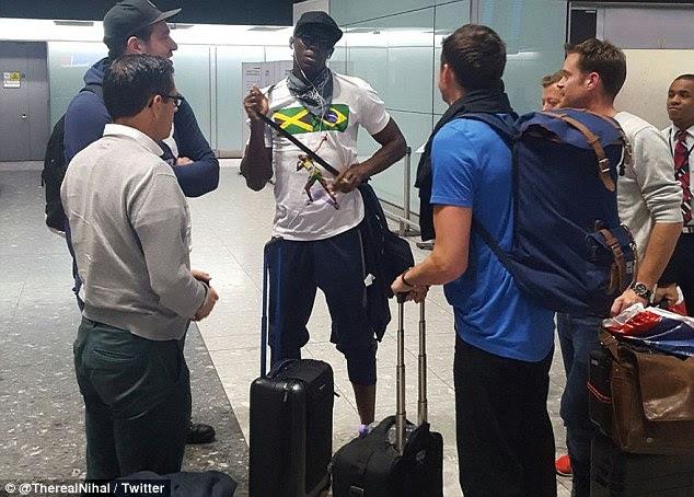 Touchdown: Usain Bolt chegou a Londres Heathrow na segunda-feira, aparentemente despreocupado com o surgimento das fotos de sua festa a noite