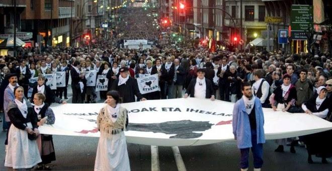 Marcha por el final de la política penitenciaria del Gobierno español hacia los presos de ETA. EFE/Miguel Toña