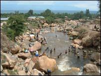 As pessoas em Uvira se banhar no rio