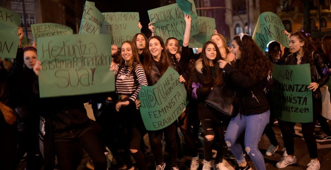 Manifestantes durante la marcha del 8M en Bilbao. REUTERS/Vincent West