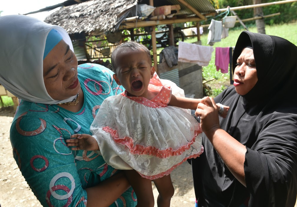 Salsa Djafar chora após passar por circuncisão (Foto: Bay Ismoyo/AFP)