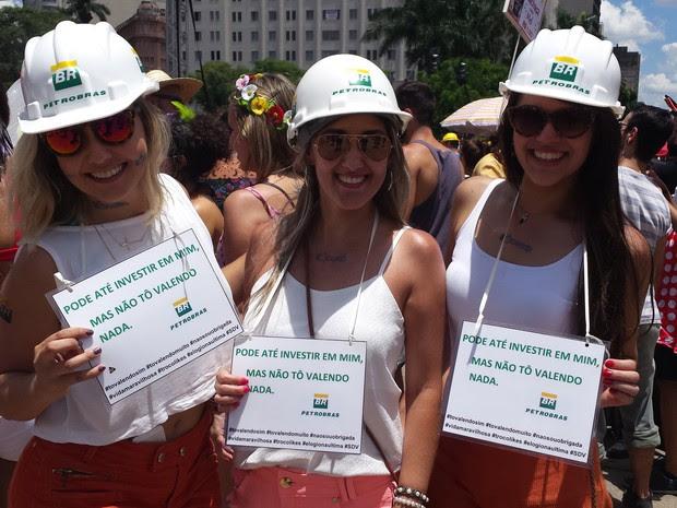 14.02 - Amigas aproveitam a crise na Petrobras para brincar o carnaval em BH (Foto: Tábata Poline / G1)