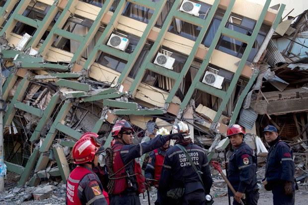 Socorristas buscam sobreviventes de terremoto em Portoviejo (Foto: Rodrigo Abd/AP)