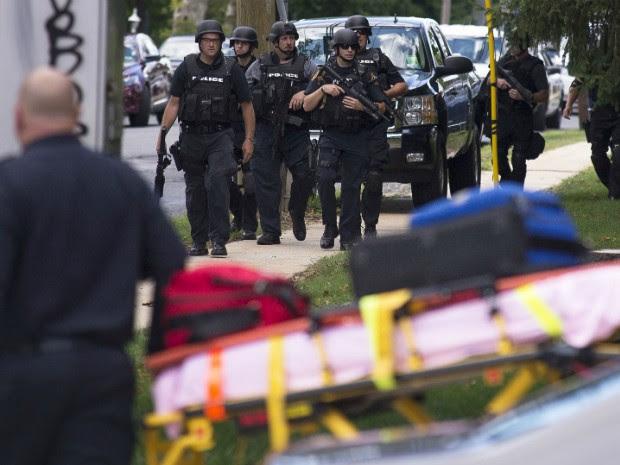 Policiais chegam até a clínica após o homem abrir fogo contra uma assistente social na Pensilvânia, nos Estados Unidos (Foto: Charles Mostoller/Reuters)