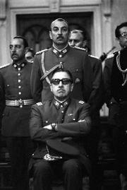 Το 2005, ένα χρόνο πριν το θάνατό του, το Ανώτατο Δικαστήριο της Χιλής αθώωσε τον Πινοσέτ για τις μαζικές δολοφονίες και τα βασανιστήρια κατά τη 17χρονη χούντα του...