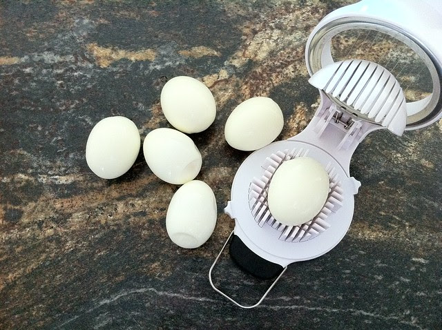 6 Hard Boiled Eggs with Egg Slicer