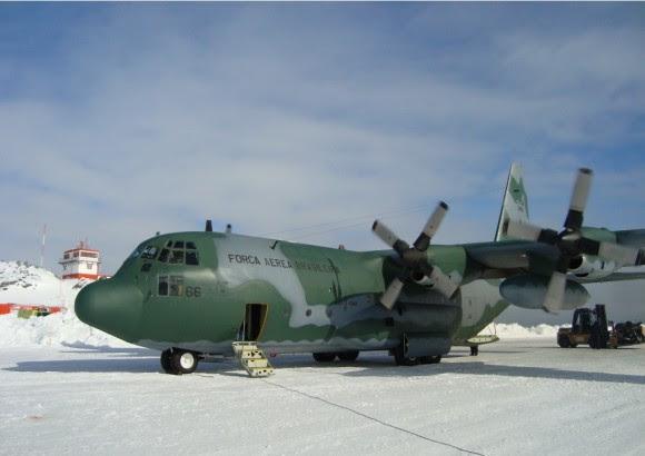 C-130 em missão de ressuprimento da Estação Comandante Ferraz - foto FAB