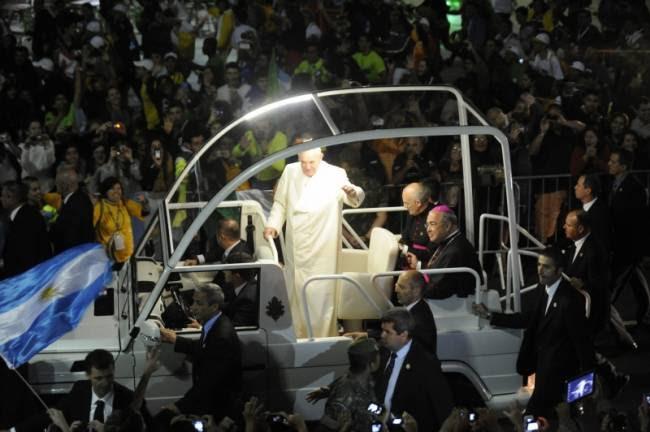 A cerimônia da vigília da Jornada Mundial da Juventude começou com a chegada do papa Francisco. Centenas de milhares de peregrinos ocupam toda a faixa da praia em torno do palco da celebração. Neste momento, Francisco ouve os testemunhos de alguns jovens (foto: Fernando Frazão/ABr)