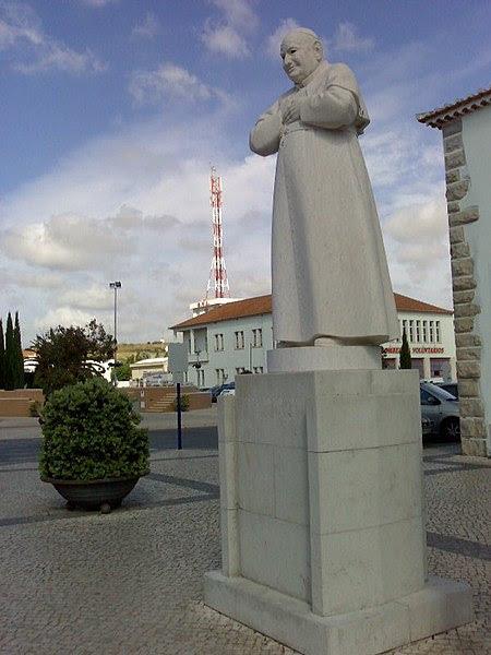 File:Estátua do Papa João XXIII na Lourinhã.jpg
