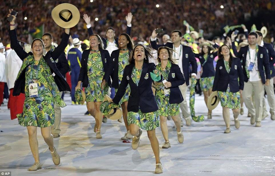 Equipe Brasil correu para o estádio para a final do Rio 2016 Olympic Cerimônia de Abertura