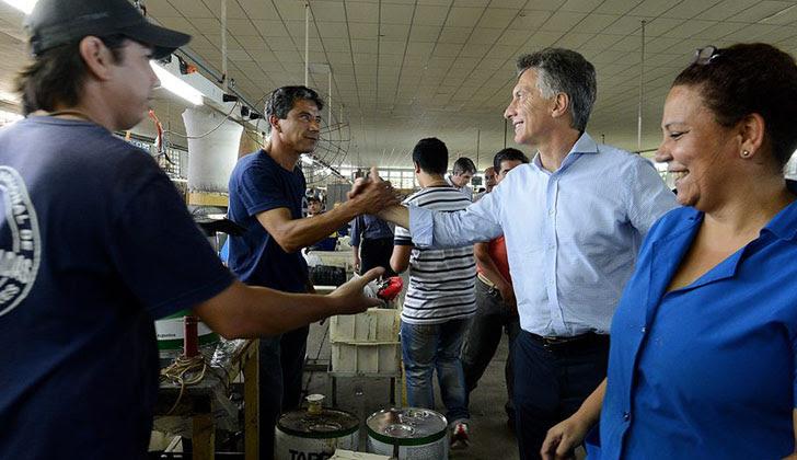 Macri saluda a un grupo de trabajadores en Corrientes. Foto: Facebook Mauricio Macri.