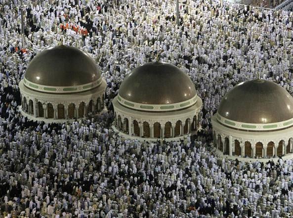 Fedeli musulmani in preghiera alla Mecca (Reuters)