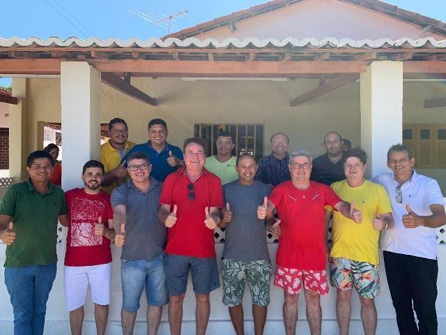 Mostrando afinidade, deputado Tomba reúne lideranças da situação em sua casa de veraneio