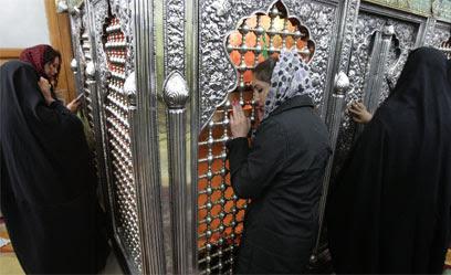 """יהודים מתפללים בקבר. """"שלום לכולם"""" (צילום: AP)"""