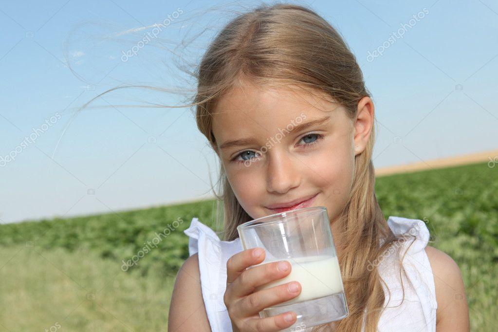 Αποτέλεσμα εικόνας για το κοριτσάκι με το γάλα