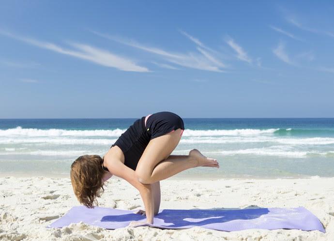 Marcela faz postura de ioga chamada 'corvo', que fortalece braços, pulsos e tonifica os orgãos abdominais (Foto: Felipe Monteiro/Gshow)