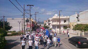 Η πορεία διασχίζει δρόμο των Μεγάρων
