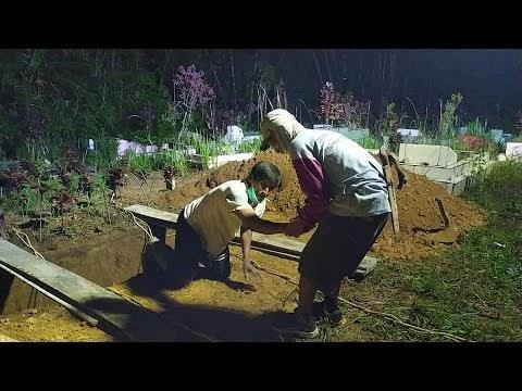 Pemakaman Secara Protokol Covid-19 di Sukamenanti Kelurahan Pasar Liwa Kecamatan Balik Bukit, Jum'at, 07 Mei 2021